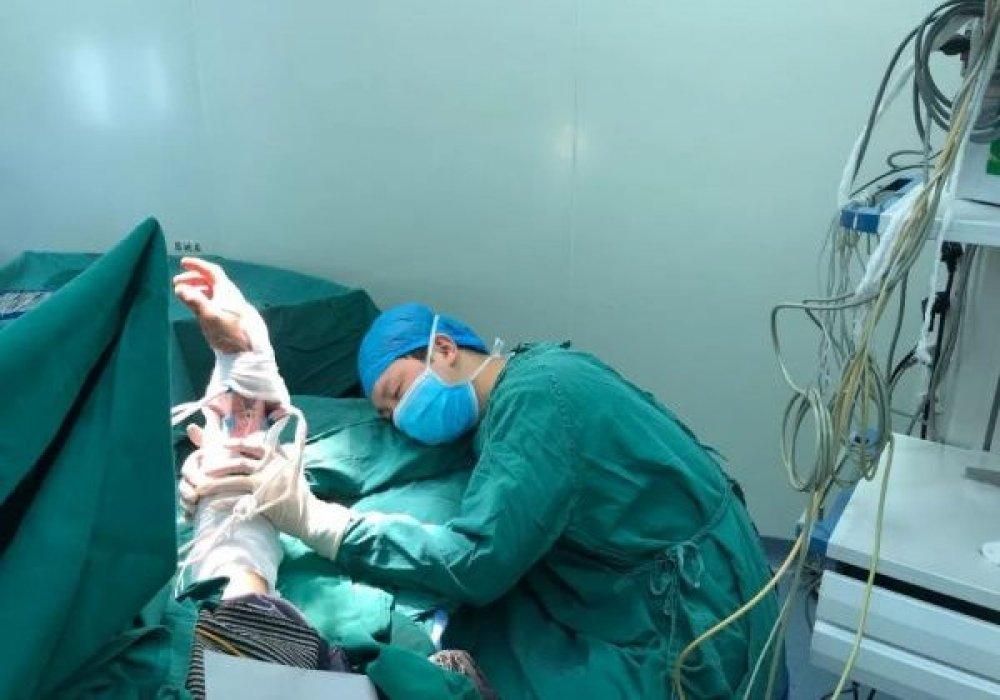 Проработавший 20 часов хирург уснул во время операции