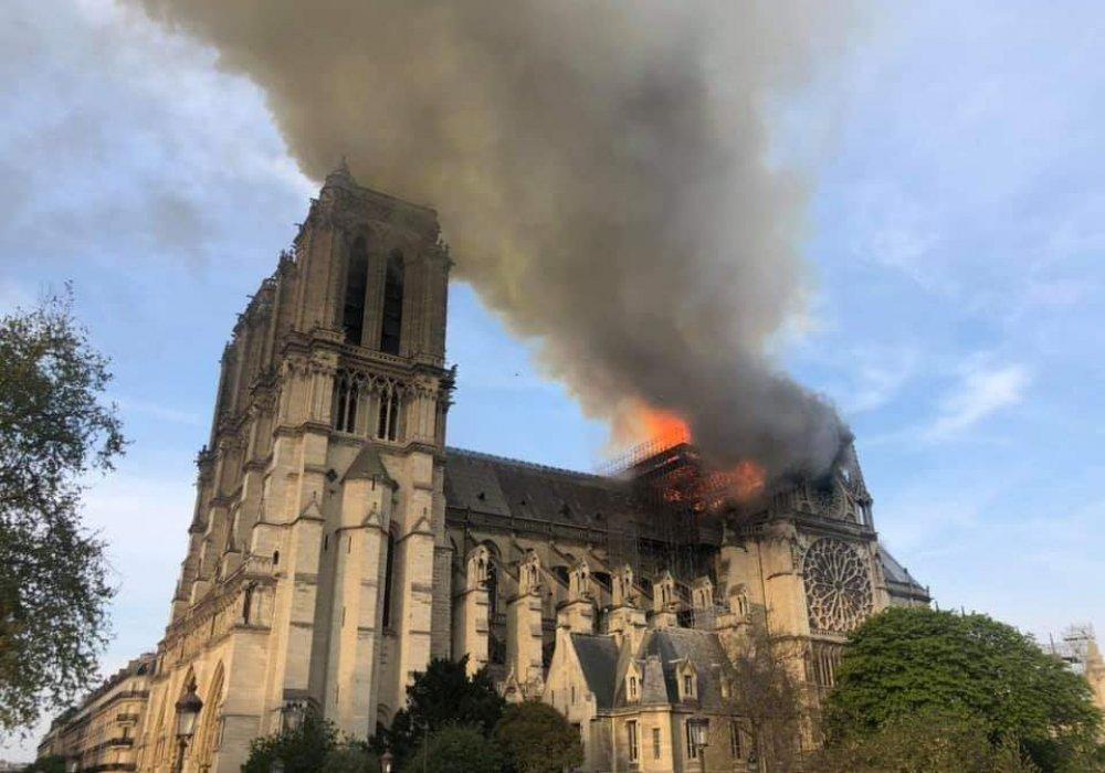 Собор Парижской богоматери горит в Париже