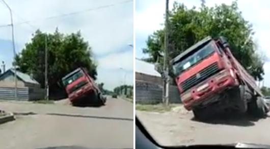 Фура провалилась в асфальт в Карагандинской области (ВИДЕО)