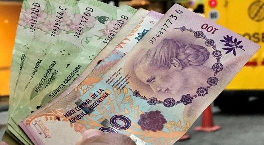 Валюта Аргентины рухнула на 30 процентов за полчаса