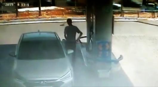 Компания  уволила сотрудника, который похищал бензин во время заправки автомобилей