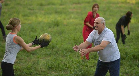 Лукашенко собрал арбузы с красивыми девушками