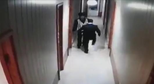 Пнул подчиненного. В МВД осудили поступок начальника полиции