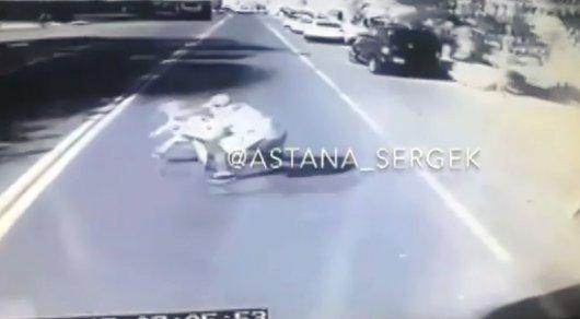 Отец спасая ребенка бросился под автобус в Кызылорде (ВИДЕО)