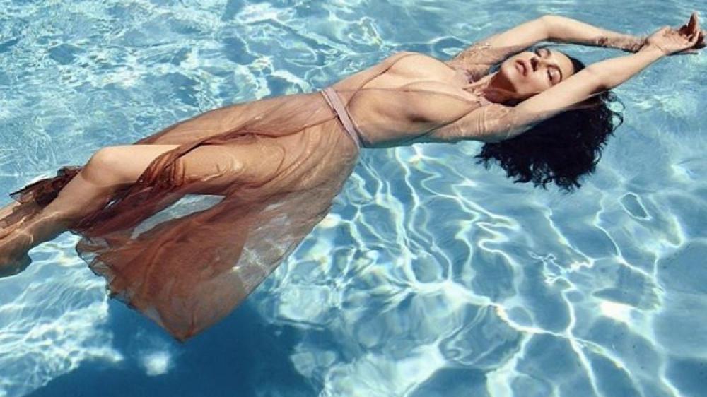 Последняя фотосессия моники белуччи в бассейне