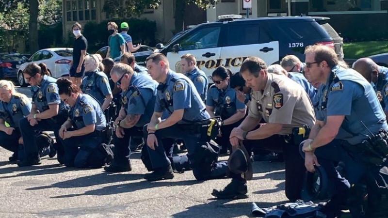 Почему американские полицейские встают на колено перед темнокожими  согражданами?: 04 июня 2020, 08:49 - новости на Tengrinews.kz