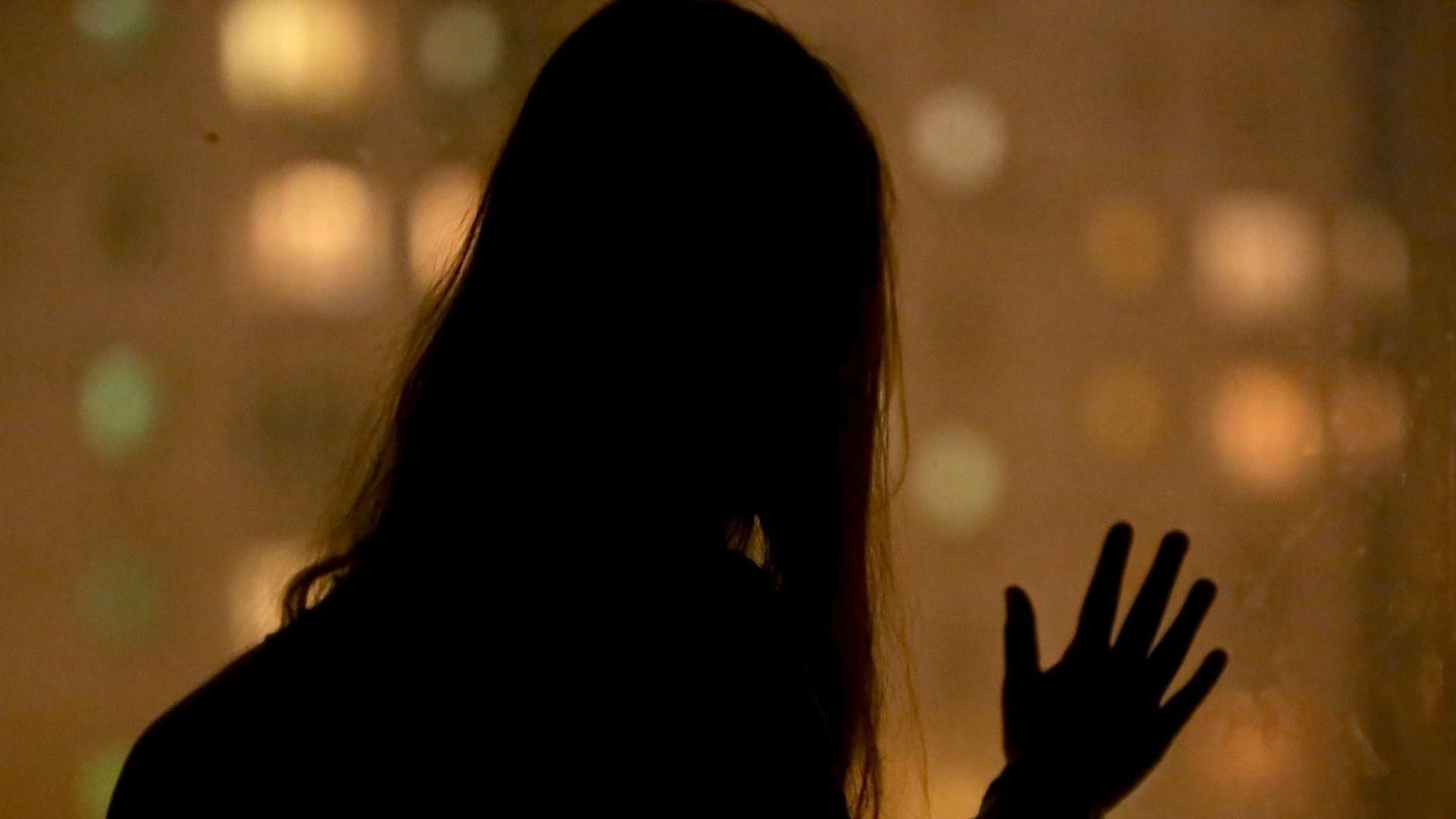 Попросила ночью на улице помощи а её изнасиловали
