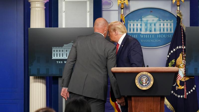 Охрана увела Дональда Трампа спресс-конференции вБелом доме