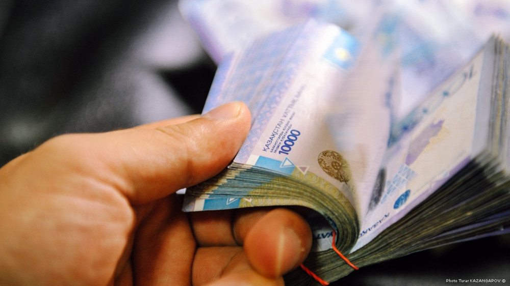 Опубликованы имена казахстанцев, задолжавших по налогам