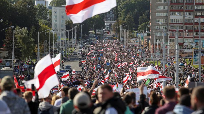 ОМОН удерживает  участниц: «Самый-самый женский марш» вМинске провалился