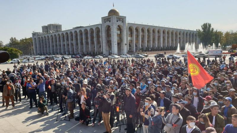 После выборов на митинги в Бишкеке вышли более 500 человек: 05 октября 2020,  13:32 - новости на Tengrinews.kz