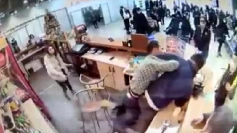 Драка бармена и пассажира попала на видео