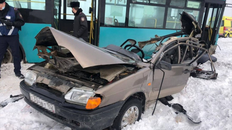 Пассажир погиб при столкновении автобуса и легковушки в Караганде