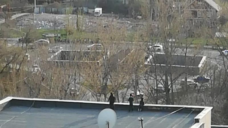 Опасную прогулку детей на крыше многоэтажки заснял алматинец