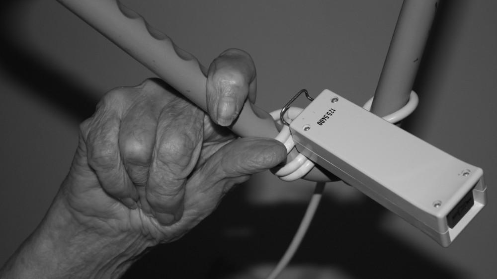 Пенсионерку сдали в дом престарелых и присвоили ее квартиру в СКО