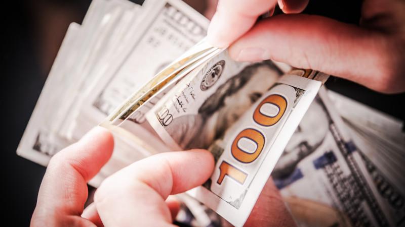 Курс доллара составил 428,01 тенге