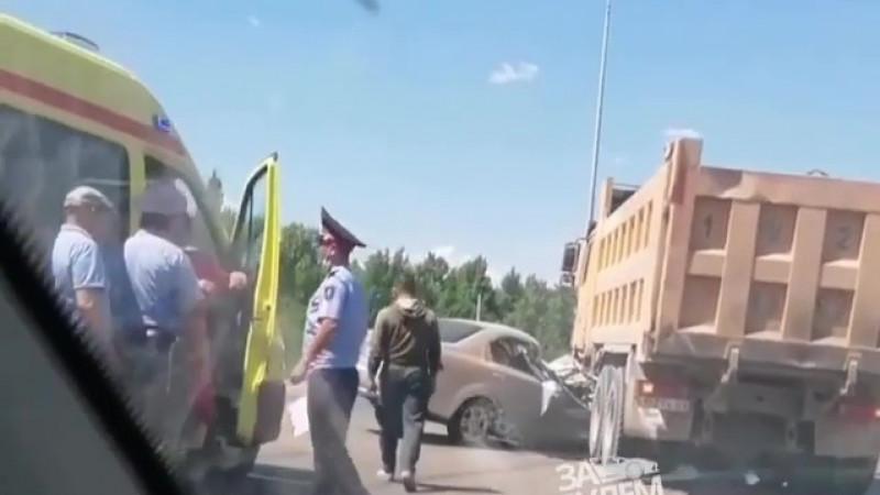Грузовик раздавил легковушку в Нур-Султане: погиб мужчина