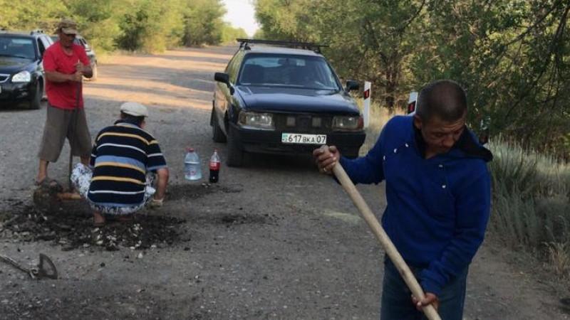 Жители ЗКО самостоятельно ремонтируют дороги