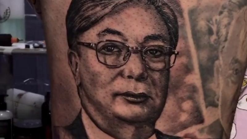 Казахстанец сделал тату с портретом Токаева