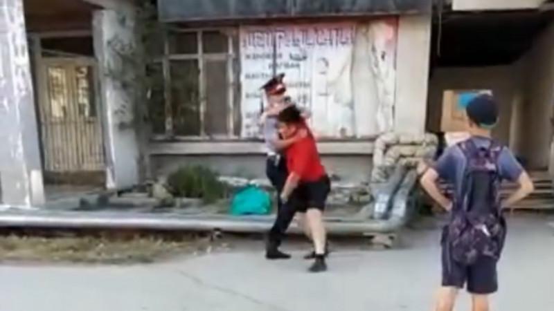 Потасовка мужчины с полицейским попала на видео в Атырау