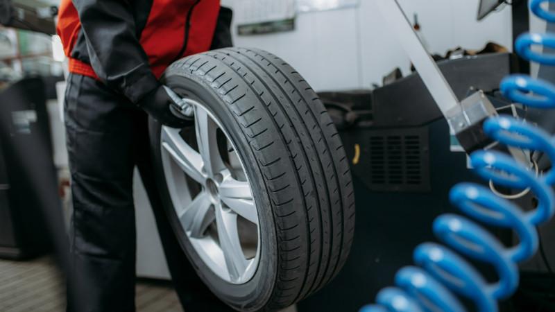 Работника шиномонтажа убило колесом в Павлодаре