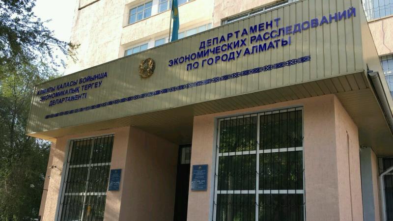 Суицид под окнами ДЭР в Алматы: следователь получил 2 года колонии