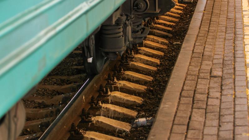 Пьяный мужчина упал между поездом и платформой в Жамбылской области