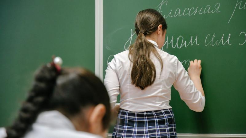 Казахстанским школьницам запретили носить брюки
