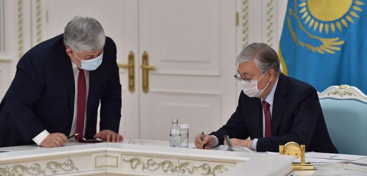 Новый вариант казахского алфавита на латинице представили Токаеву