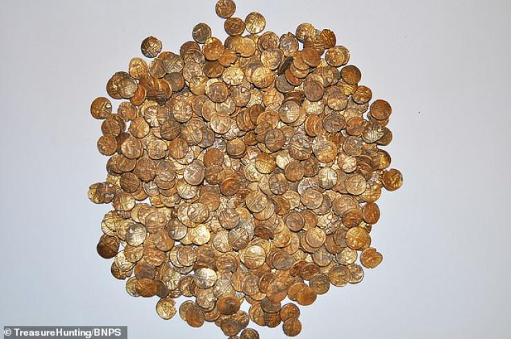 Древний клад с золотыми монетами нашел мужчина во время прогулки 1